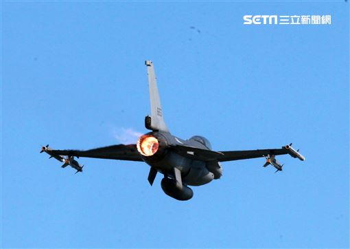 空軍春節加強戰備F16V戰機飛官緊急起飛,展現捍衛我國領空的能力。(記者邱榮吉/攝影)