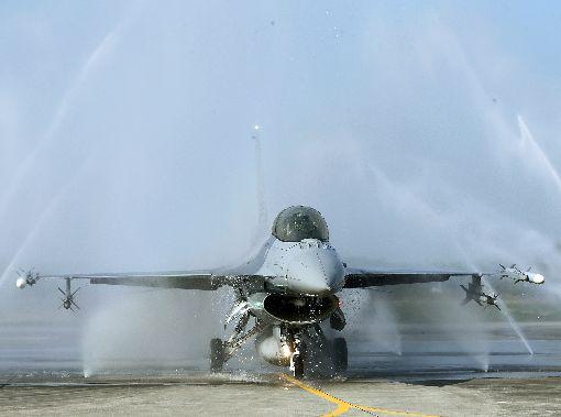 空軍基地洗機場(1)國軍官兵春節強化戰備,15日邀請媒體赴嘉義空軍基地參訪,除進行F-16V(Blcok20)緊急起飛演練外,也示範鮮少對外公開的「洗飛機」過程。中央社記者郭日曉攝  109年1月15日