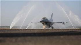 RO逆滲透水 清洗F-16V機身鹽分戰機清潔相當嚴格,空軍使用經7道水處理程序的RO逆滲透水清潔F-16V(Block20),避免自來水雜質毀損戰機。中央社記者游凱翔攝  109年1月15日