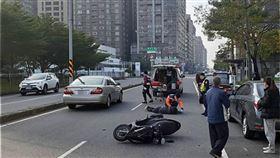 台南,違停,騎士,車禍(圖/翻攝畫面)