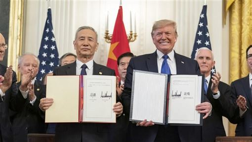 美國總統川普(右)15日與中國國務院副總理劉鶴(左),在白宮共同簽署第一階段貿易協議。(圖翻攝自/白宮網頁whitehouse.gov)
