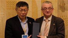 柯文哲訪問捷克眾議院捷克眾議院友台小組主席班達(右)15日贈送禮物給來訪的台北市長柯文哲(左)。中央社記者林育立布拉格攝 109年1月16日