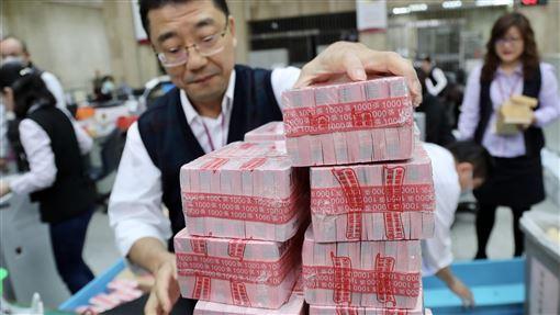 金鼠年換新鈔開跑(1)台灣銀行表示,中央銀行今年共準備新台幣5735億元新鈔,16日起供民眾兌領,迎接金鼠年來臨。中央社記者張皓安攝 109年1月16日