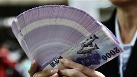 換新鈔過新年(3)中央銀行表示,為了便利民眾春節前兌換新鈔,民眾可在8家金融機構、選定454家分行作為兌鈔地點,自16日起、連續5個營業日進行不同面額的新鈔兌換。中央社記者張皓安攝 109年1月16日