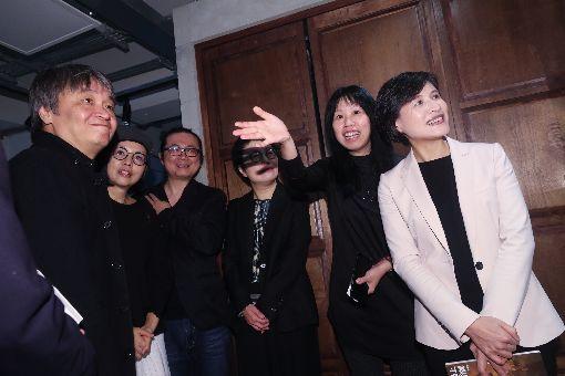 鄭麗君參觀天橋上的魔術師展(2)「天橋上的魔術師」圖像暨互動藝術展搶先場16日在台灣漫畫基地舉辦,文化部長鄭麗君(左3)出席活動,在引導下參觀展覽。中央社記者吳家昇攝  109年1月16日