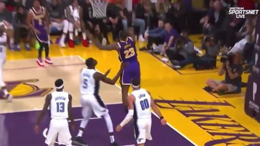 Lebron James灌籃失手。(圖/翻攝自YouTube)