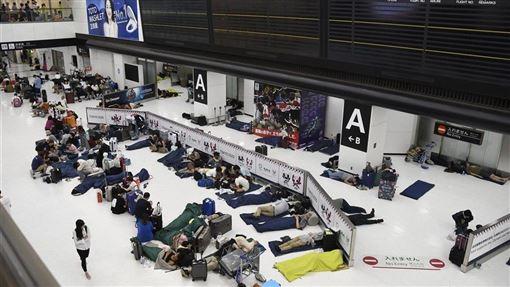 成田機場被日媒形容是「陸上孤島」,許多外國旅客要求機場改善資訊通知處理。(共同社提供)