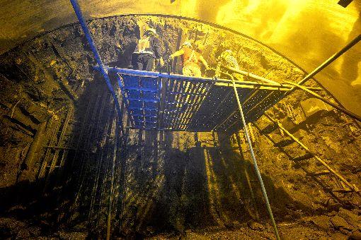 捷運環狀線工頭崔澎生 笑談土撥鼠人生捷運環狀線第1階段工程唯一地下車站工頭(時任工務所主任)崔澎生受訪時笑說,他們是一群不見天日的「地下工作人員」,不僅人像土撥鼠,就連潛盾機也被日本人暱稱為「土撥鼠」,一吋吋挖出捷運路線。(崔澎生提供)中央社記者王鴻國傳真 109年1月16日