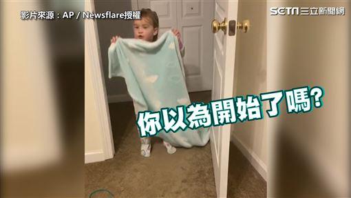 ▲女孩準備拿藍色毯子變魔術。(圖/AP/Newsflare授權)