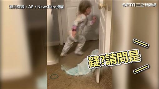 ▲女孩逃離現場,完成她的消失魔術。(圖/AP/Newsflare授權)