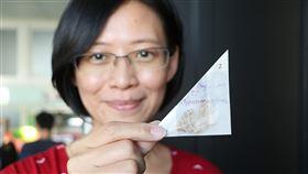 成大跨國研究 發現氣候暖化造成昆蟲體型縮小成功大學跨國研究團隊比對馬來西亞神山逾8000隻尺蛾,發現42年間當地氣溫升高攝氏0.7度,尺蛾平均體型卻縮小1.3%。圖為成大生命科學系助理教授陳一菁展示2007年在神山採集的尺蛾。(成功大學提供)中央社記者張榮祥台南傳真 109年1月16日