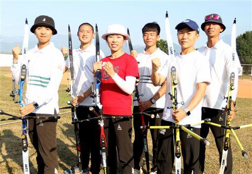 ▲東京奧運中華射箭代表隊,林佳恩(左起)、湯智鈞、譚雅婷、鄧宇成、雷千瑩、魏均珩。(圖/射箭協會提供)