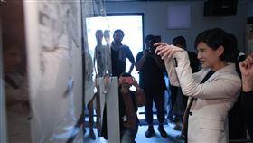 鄭麗君參觀天橋上的魔術師展(3)「天橋上的魔術師」圖像暨互動藝術展搶先場16日在台灣漫畫基地舉辦,現場展出漫畫家阮光民、小莊共計約30幅原畫,文化部長鄭麗君(右)參觀展覽。中央社記者吳家昇攝  109年1月16日