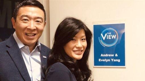 台灣移民第2代的企業家楊安澤(左)正爭取民主黨的美國總統候選人提名。他的妻子盧艾玲受訪時揭露自己曾遭婦產科醫師性侵。(圖取自twitter.com/AndrewYang)