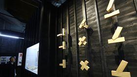 台史館辦台灣住屋建築特展(3)國立台灣歷史博物館17日舉行「家‧流動與安住:台灣住屋建築風景之一隅特展」,從台灣各時期家屋建築介紹,讓觀眾思考「家」的議題。圖為木結構榫接建築工法呈現。中央社記者王騰毅攝  109年1月17日