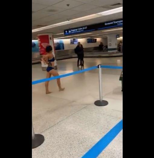 女子在機場「領行李轉盤旁」高麗菜式脫衣(圖/翻攝自@yeaitspooh推特)