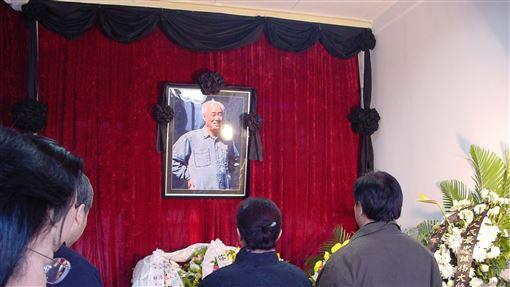 趙紫陽下葬民間墓地已故中共總書記趙紫陽之子趙二軍16日對港媒表示,趙紫陽的骨灰近期將安放於北京民間墓地。圖為2005年1月初趙紫陽逝世後,家人在自宅為他舉行的喪禮。(資料照片)中央社記者張謙北京攝  108年10月16日