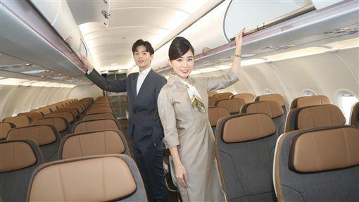 星宇空服員介紹A321neo機艙內設施星宇航空將在23日開航,17日星宇航空安排空服員李貞毅(左)、吳映潔(右)介紹A321neo經濟艙內設施。中央社記者張新偉攝 109年1月17日
