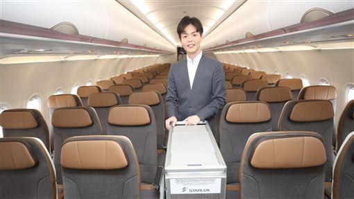 星宇航空空服員亮相(2)星宇航空23日開航,17日安排空服員介紹星宇A321neo座艙及機艙設備。今年27歲的李貞毅(圖)長得像韓國藝人呂珍九與宋仲基,他表示,先前曾在新加坡航空服務,身為星宇航空董事長張國煒的粉絲,現在希望與星宇航空共同成長與發展,也想與台灣人工作才回台。中央社記者張新偉攝 109年1月17日