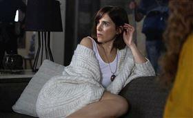 記者邱于倫/綜合報導  現年38歲的法國女演員克萊門汀波達茲(Clémentine Poidatz),曾出演過不少知名影集,2016年也拍過恐怖電影《育陰房》一砲而紅,如今她再度回歸驚悚電影《戰慄魔胎》,將飾演一名年幼時目睹了姊姊和父親被她精神異常的母親謀殺而死的女主角荷莉,長大後竟遭到邪教組織控制的恐怖話題,17日曝光預告,看得出導演就是要把血腥、暴力、色情三方面玩到最大。 暗光鳥電影院提供