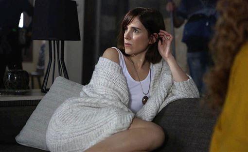 記者邱于倫/綜合報導現年38歲的法國女演員克萊門汀波達茲(Clémentine Poidatz),曾出演過不少知名影集,2016年也拍過恐怖電影《育陰房》一砲而紅,如今她再度回歸驚悚電影《戰慄魔胎》,將飾演一名年幼時目睹了姊姊和父親被她精神異常的母親謀殺而死的女主角荷莉,長大後竟遭到邪教組織控制的恐怖話題,17日曝光預告,看得出導演就是要把血腥、暴力、色情三方面玩到最大。暗光鳥電影院提供