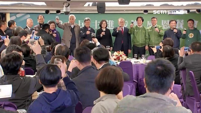 民進黨感恩餐會 小英謝年輕黨工加入