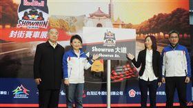 感受F1魅力 台中將辦賽車展演台中市長盧秀燕(左2)17日宣布3月將舉辦2020 Red Bull Racing Showrun賽車展演活動,讓台灣賽車迷有機會近距離體驗F1魅力。中央社記者郝雪卿攝 109年1月17日