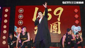 三立集團17日晚間舉辦尾牙,總經理張榮華上台大跳KPOP熱舞。(圖/記者林士傑攝影)