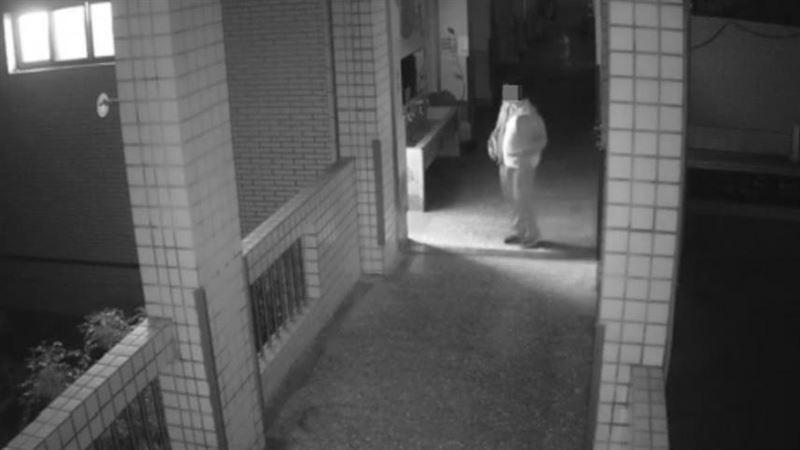 抓到了!闖國小女廁「噁翻衛生棉」亂搞 監視器逮到高中生
