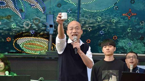 韓國瑜上台大喊「我先乾」 這次喝的不是酒…是蜂蜜檸檬!(圖/翻攝自高雄市府網站)
