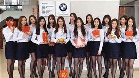 台南BMW賀歲!14黑絲襪正妹站一排 網暴動:想換車了。(圖/翻攝自BMW台南汎德臉書)