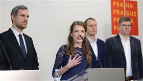 捷克海盜黨議員克勞斯娃布拉格市議員克勞斯娃(中)在海盜黨的中國政策扮演重要角色。(捷克海盜黨提供)中央社記者林育立柏林傳真 109年1月17日