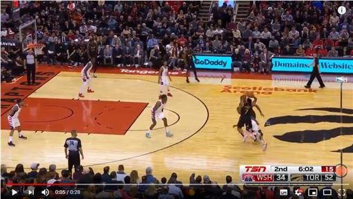 ▲羅利(Kyle Lowry)失去平衡投進超扯三分球。(圖/翻攝自YouTube)
