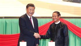 習近平赴緬國是訪問中國國家主席習近平(左)與緬甸總統溫敏(右)17日晚,在緬甸首都奈比多(Naypyitaw)參加中緬建交70週年系列慶祝活動暨中緬文化旅遊年啟動儀式。(中新社提供)中央社 109年1月18日