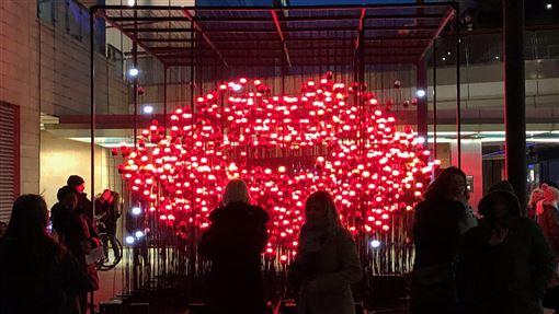 倫敦冬季光之季 台灣團隊作品參展倫敦金絲雀碼頭的「冬季光之季」燈節16日揭幕,台灣團隊「有用主張」作品Desire展出,紅唇造型吸引民眾爭相合影。中央社記者戴雅真倫敦攝 109年1月18日
