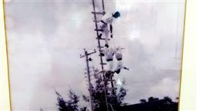 嘉義縣消防局舉辦時空走廊歷史回顧展嘉義縣消防局成立20週年,18日舉辦時空走廊歷史回顧展,其中一張老照片是消隊人員爬竹梯訓練的畫面,讓縣長翁章梁印象深刻。(翻攝畫面)中央社記者蔡智明傳真 109年1月18日