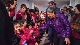 副總統出席總統府歲末聯歡活動(1)副總統陳建仁(前右)18日下午出席「2020總統府歲末聯歡 活力寶貝共團圓」活動,與現場參與活動的小朋友開心擊掌。中央社記者王飛華攝 109年1月18日