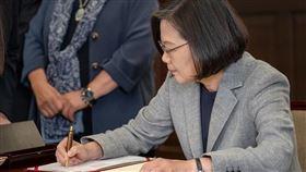 蔡英文  陳菊  蘇貞昌簽署同婚專法(圖/翻攝自蔡英文臉書)