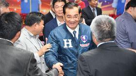 連戰出席全國工商後援會成立大會中國國民黨17日在中央黨部宣布成立全國工商界後援會,黨榮譽主席連戰(中)特別穿上總統候選人韓國瑜的競選外套「H夾克」,現身力挺。中央社記者林俊耀攝 108年12月17日