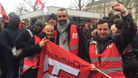 法國國鐵鐵路員罷工 呼籲保留社會主義傳統法國工會9日第四度動員,上街示威遊行。退休制爭議核心的法國國鐵鐵路員接受中央社採訪表示,罷工不是為自己權益,而是為所有勞工爭取應得的待遇。中央社記者曾婷瑄巴黎攝 109年1月10日