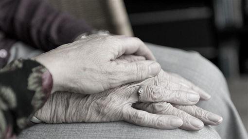 老人家手、老奶奶、奶奶、祖孫、婆媳、母女 示意圖/pixabay