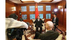 中國駐瑞典大使桂從友(後中)近日接受瑞典電視台採訪時,批評當地媒體的報導干預中國國內事務。(圖取自中華人民共和國駐瑞典大使館網頁www.chinaembassy.se)