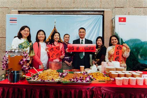 內政部長徐國勇與緬甸空姐新住民張麗英一起製作兩道緬甸知名傳統小吃。(圖/內政部提供)