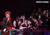謝和弦到KKBOX風雲榜開唱又失控,開唱接連強吻女粉全場四處亂竄嚇跑觀眾。(記者邱榮吉/攝影)