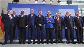 多國領袖19日齊聚德國柏林進行峰會,商討利比亞內戰危機,與會領袖承諾停止干涉內戰,並遵守聯合國的武器禁運令。梅克爾,馬克宏,強生,普丁(圖/美聯社/達志影像)