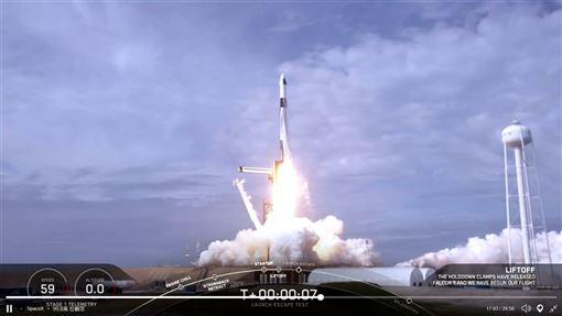 美國太空探索科技公司19日在無人太空船「飛龍號」發射後的9分鐘內,成功測試太空船的緊急逃生系統。(圖取自twitter.com/SpaceX)
