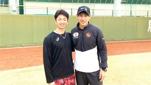 近本光司和日本200公尺跨欄日本紀錄保持人秋本真吾進行一對一訓練。(圖/翻攝自秋本真吾推特)