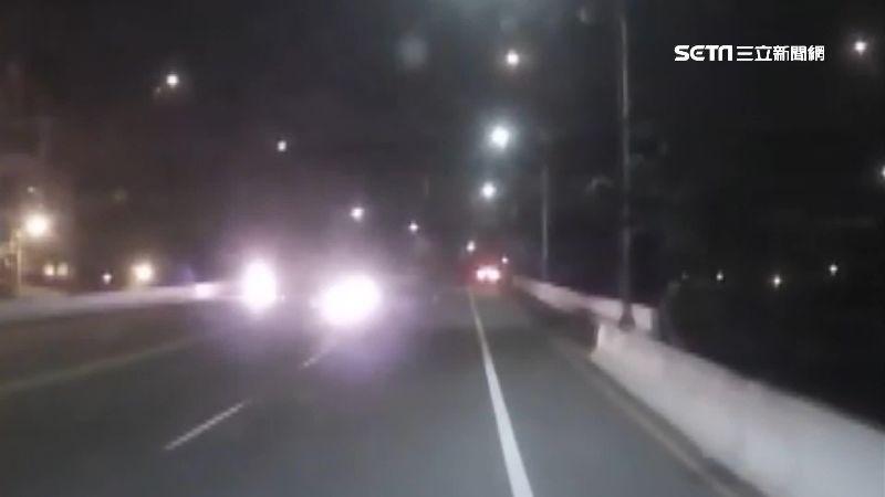 機車追撞汽車引燃 騎士二度灼傷送醫