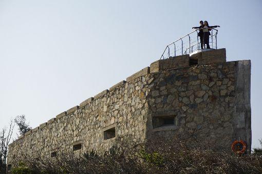來金門船型堡 重現鐵達尼號經典畫面金門縣金沙鎮后扁海灘旁的E42據點,因碉堡造型像一艘戰艦,一般稱為「船型堡」。金門國家公園管理處20日邀民眾春節期間來此暢遊,重現「鐵達尼號」經典畫面。中央社記者黃慧敏攝 109年1月20日