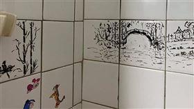 媽媽進浴室超久!換她洗澡見3幅水墨畫嚇歪(圖/翻攝自爆廢公社二館臉書)